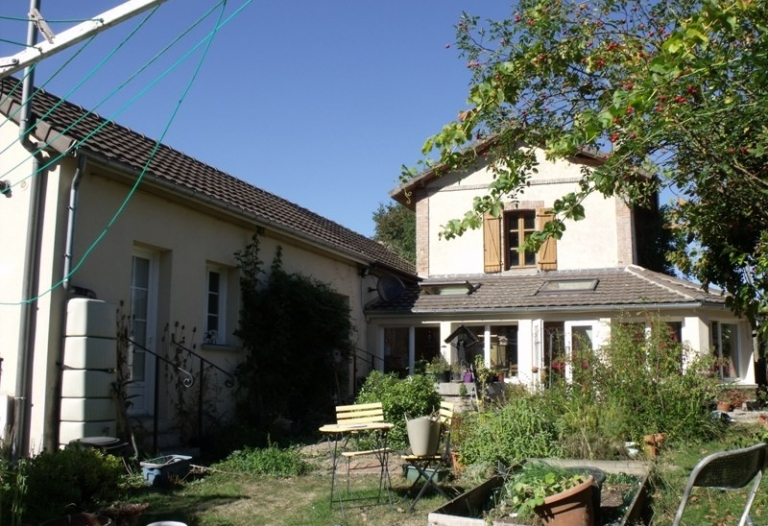 Ancienne maison de garde-barrière avec véranda et jardin