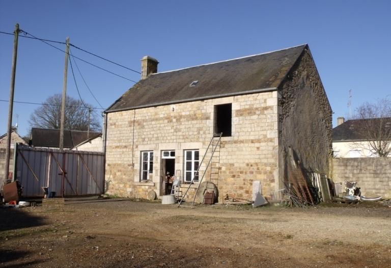 Maison en pierres à rénover entièrement, garage, dépendance, terrain