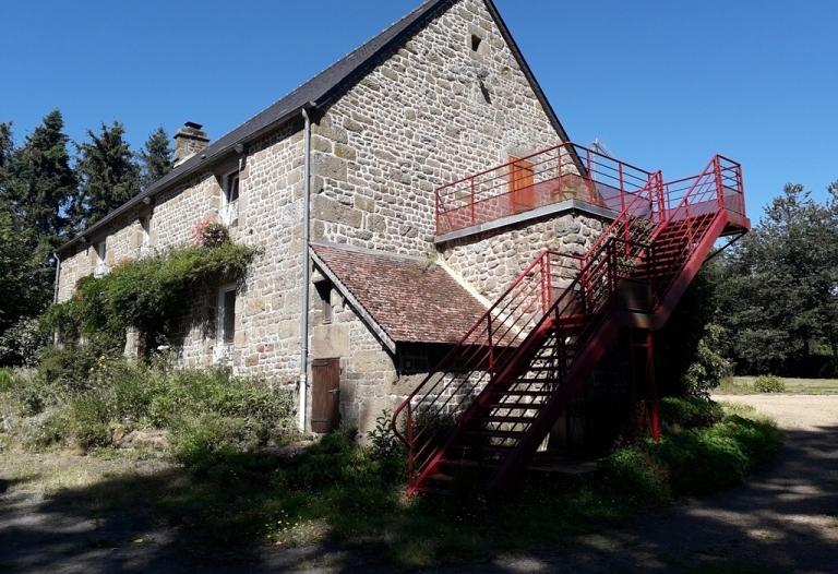 Maison en pierres au cœur de la campagne normande