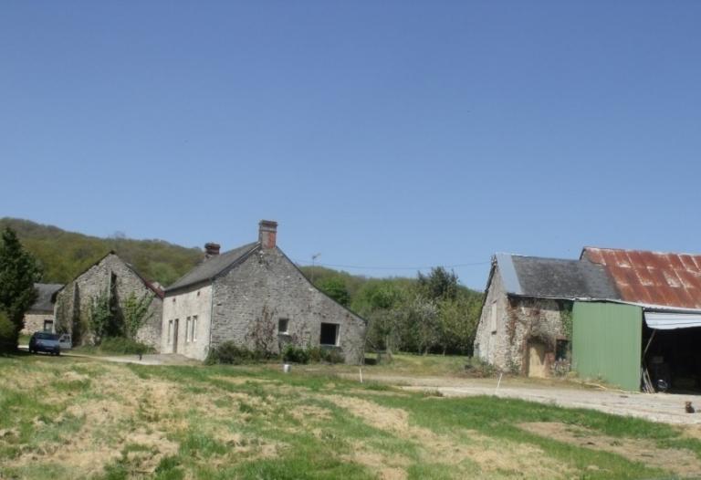 Ancien corps de ferme à rénover sur 3453m2